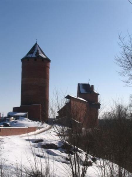 Главная башня-донжон. Правее неё - западная стена и полукруглая башня замка