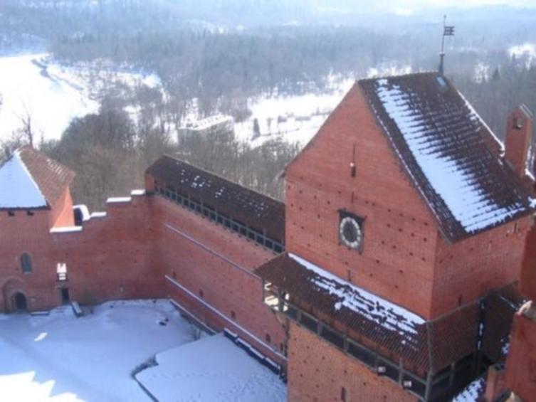 На переднем плане - полукруглая (западная) башня. Вид со двора (со смотровой площадки башни-донжона)
