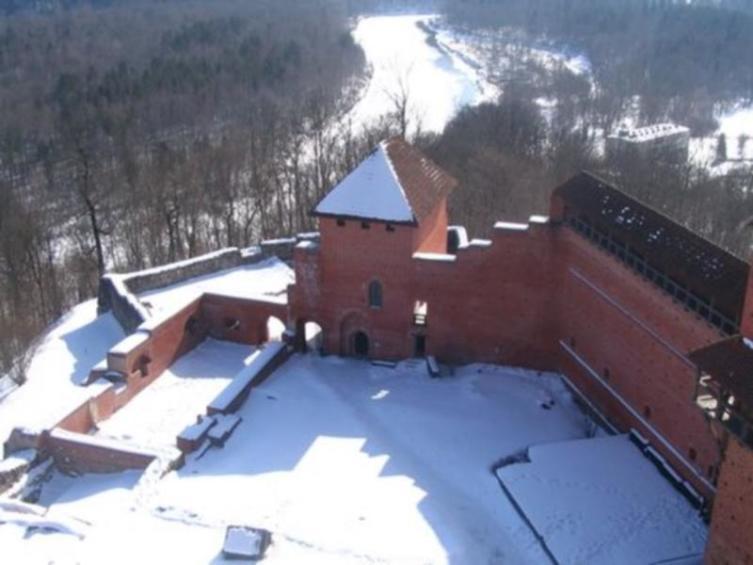 Башнеобразный южный корпус (привратная башня). Левее него - фундаменты замковой застройки 14-16 вв.