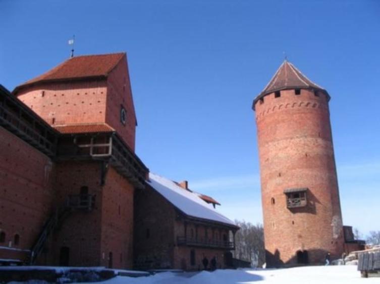 Слева направо: западная крепостная стена, полукруглая (западная) башня, хозяйственный корпус с наружной галереей, главная башня