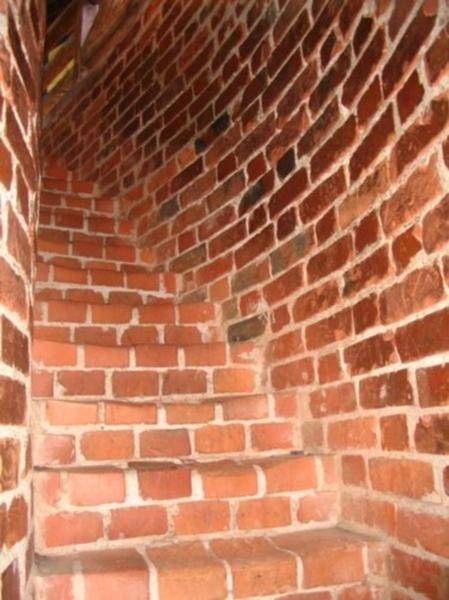 По узкой каменной лестнице с низкими сводами мы поднялись на смотровую площадку башни-донжона