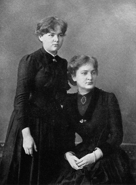Мария (слева) с сестрой Брониславой, около 1886 г.