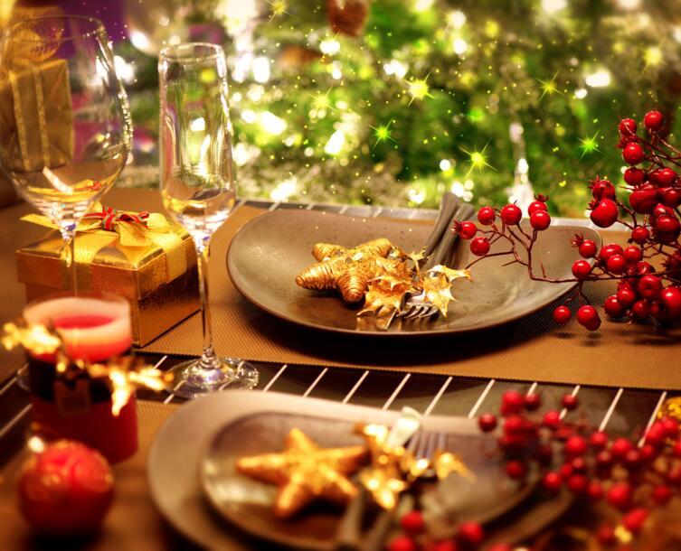 Золотые оттенки приветствуются и на новогоднем столе
