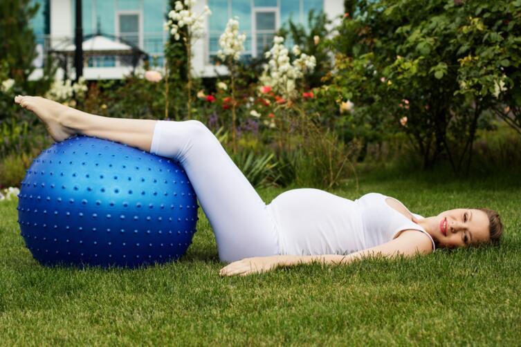 Фитбол хорош и для беременных, и для грудничков
