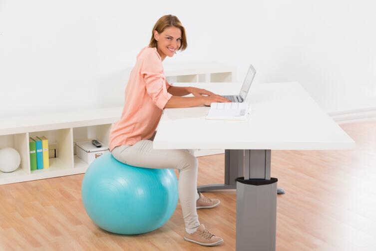 Если фитбол большой, можно использовать его вместо стула