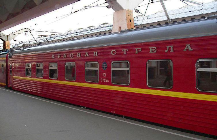 Фирменный поезд Красная стрела на Московском вокзале Санкт-Петербурга