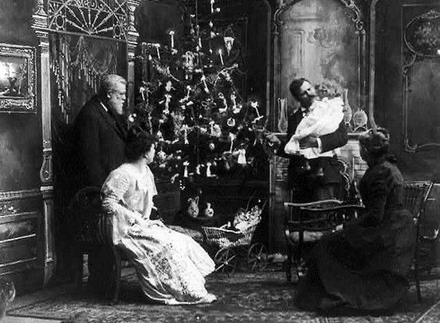 Одна из первых гирлянд на домашней елке, фото 1900 г.