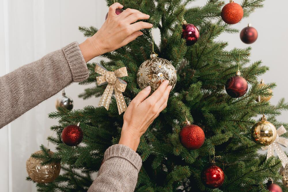 Почему мы наряжаем елку и дарим подарки на Новый год и Рождество?