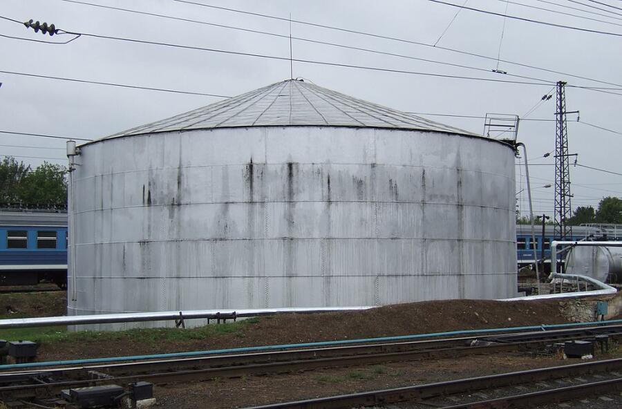 Старинный клёпаный нефтяной резервуар Шухова на железнодорожной станции г. Владимира, 2007 г.