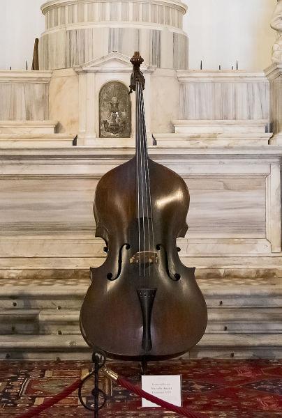 Контрабас работы Николо Амати (1670 г.) в Музее музыки, расположенном в Церкви Святого Маврикия в Венеции
