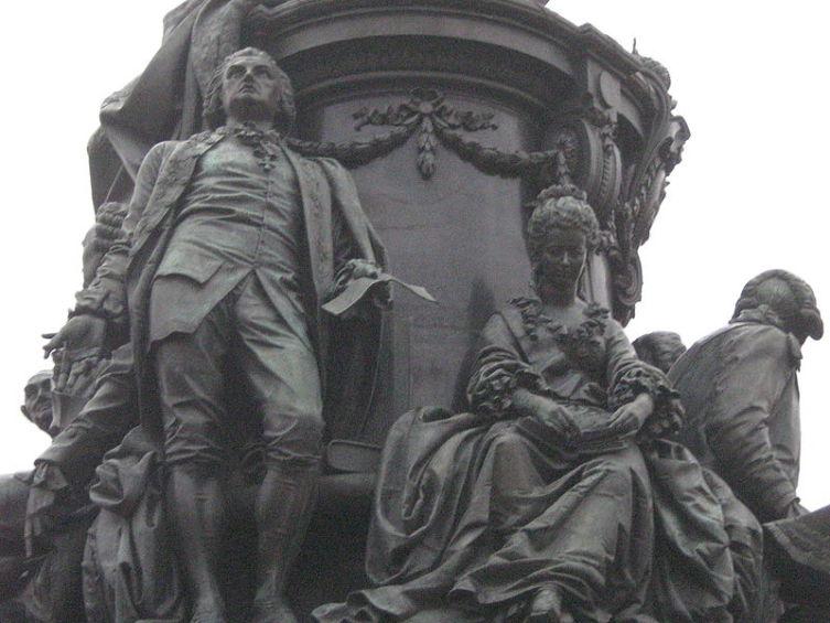 Е. Дашкова расположена рядом с поэтом Г. Державиным