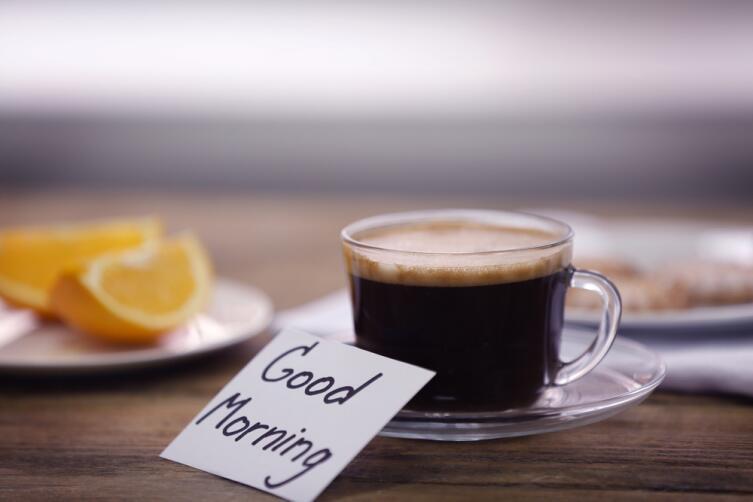 «...я преспокойно уселась на ступеньки с чашкой кофе и апельсином в руке и приступила к утренним наслаждениям: я вонзала зубы в апельсин, сладкий сок брызгал мне в рот, и тотчас же — глоток обжигающего черного кофе, и опять освежающий апельсин». Цитата из романа