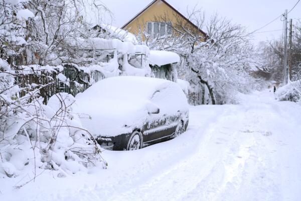 Как выжить на трассе зимой, если вы застряли? Инструкция по выживанию в заметенной машине