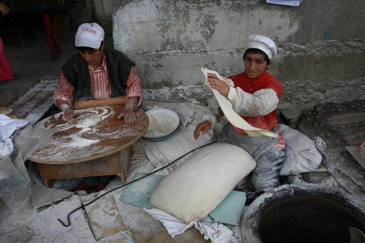 Вот так готовят настоящий лаваш в армянской глубинке. Село Санаин, Армения