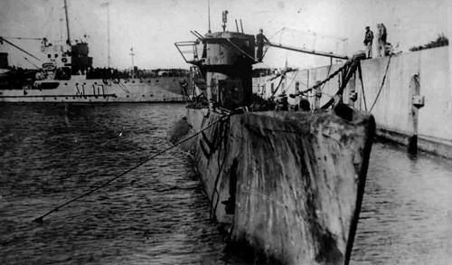 Немецкая подводная лодка U-977 в Мар-дель-Плата. На заднем плане тральщик ARA Py (M-10) типа «Бушар»