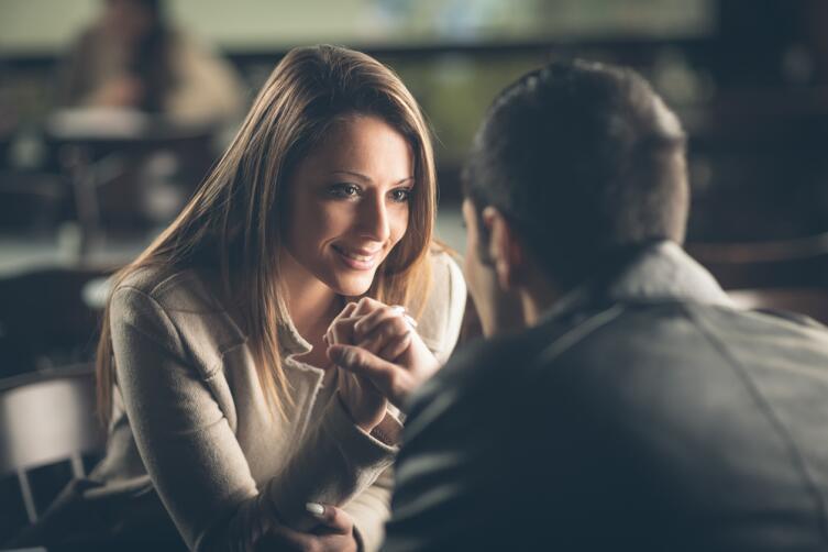 Вряд ли женатый мужчина поведет вас в людное место, встречаться вы будете тайно