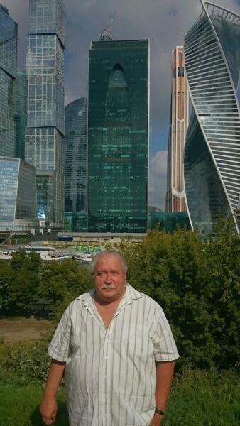 Автор статьи на фоне Москва-сити
