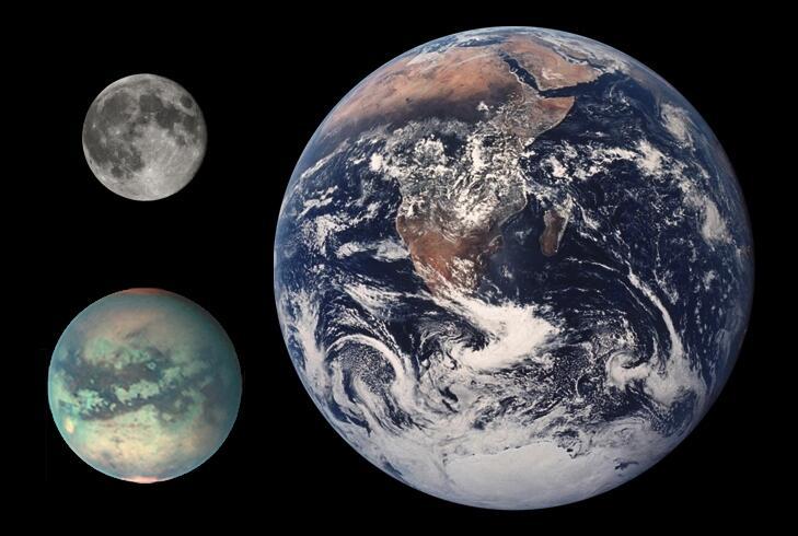 Сравнение размеров Земли, Титана (слева внизу) и Луны