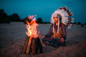 Как устроить индейский костер для обогрева в зимнем лесу?