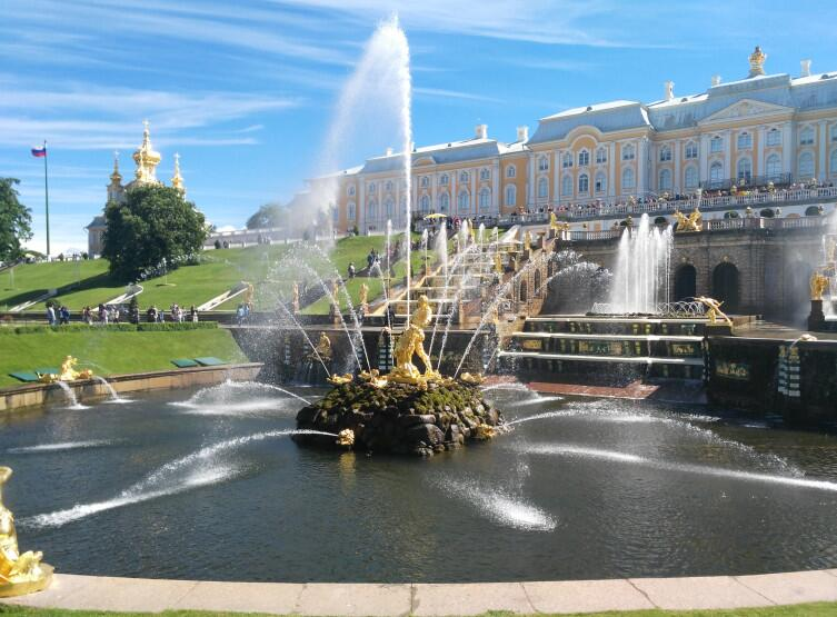 Петергофский дворец необычайно украшают фонтаны. Июнь 2017 г.