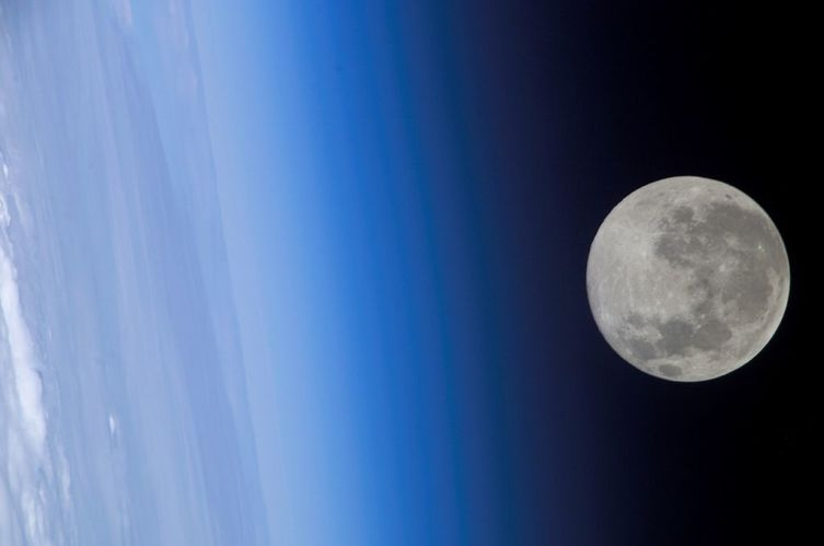 Луна с борта МКС 24 февраля 2005 г.
