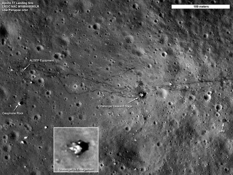 Место посадки экспедиции «Аполлон-17». Видны: спускаемый модуль, исследовательское оборудование ALSEP, следы колёс автомобиля и пешие следы космонавтов. Снимок КА LRO, 4 сентября 2011 г.