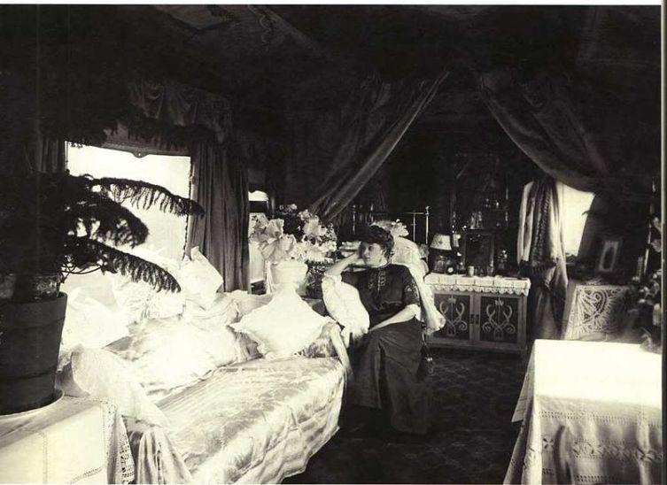 А.Вяльцева в салоне личного железнодорожного вагона, оборудованного для гастрольных поездок по русской провинции