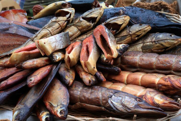 Копченая рыба также может быть поддельной, изготовленной с помощью жидкого дыма