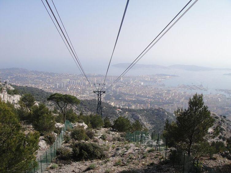 Вид на Тулон с вершины горы, канатная дорога
