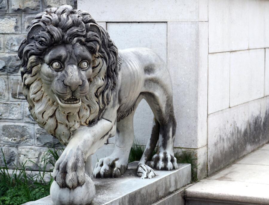В саду, среди густой травы, <br /> Едва взойдет луна, <br /> Резвятся каменные львы <br /> И львы из чугуна —<br /> Дрожат ночные сторожа <br /> И прячутся в домах… <br /> А дети, весело визжа, <br /> Катаются на львах!<br /> М. Борисова