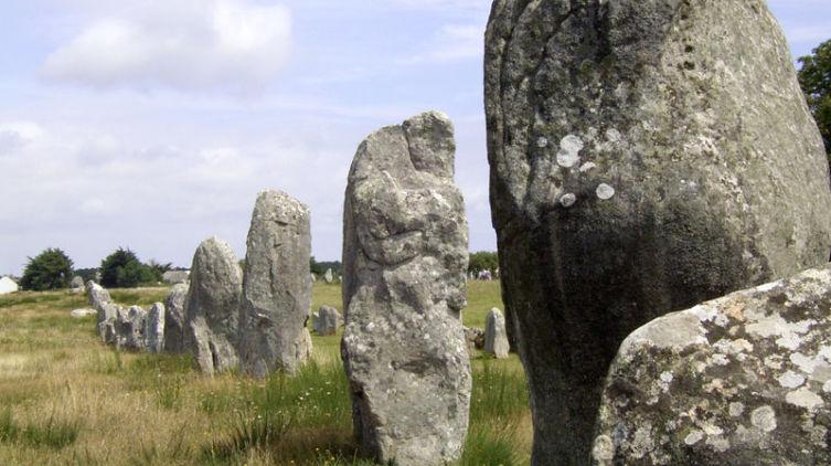 Каменные ряды (аллея) Ле-Менек, одно из самых известных мегалитических сооружений в Карнаке