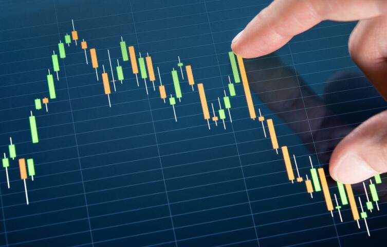 Можно купить валюту в тот момент, когда она имеет низкий курс, и продать, когда она «окрепнет», получив прибыль за счет разницы в курсах