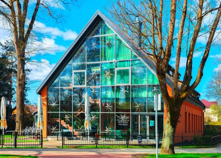 В Друскининкае наблюдается европейская любовь к прозрачным балконам и витринным, во весь рост, окнам