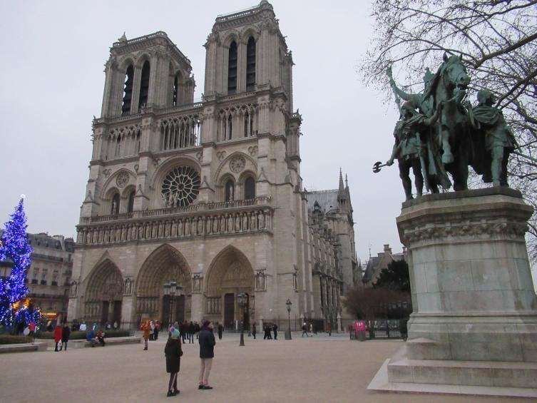 Собор Парижской Богоматери и памятник Карлу Великому