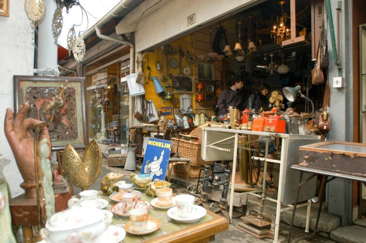 Один из блошиных рынков в Париже