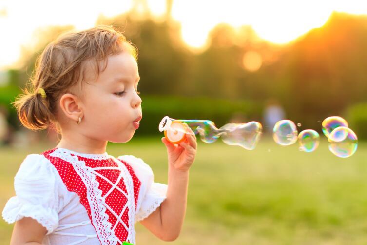 Тренируйте дыхание - выдувайте мыльные пузыри, дуйте на одуванчики
