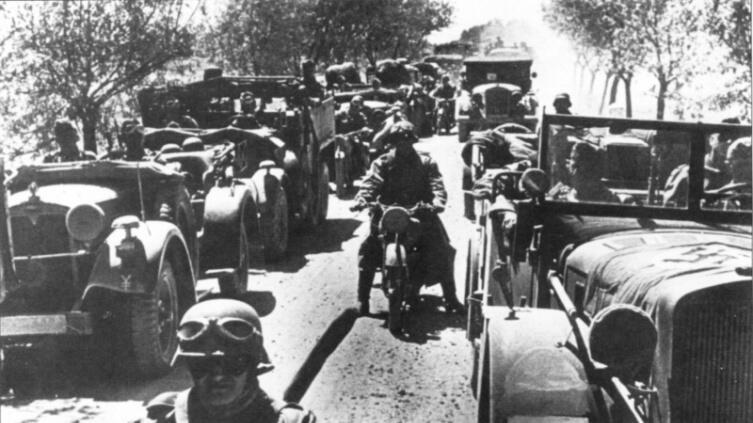 Колонна техники 17-й танковой дивизии вермахта на марше летом 1941-го г.