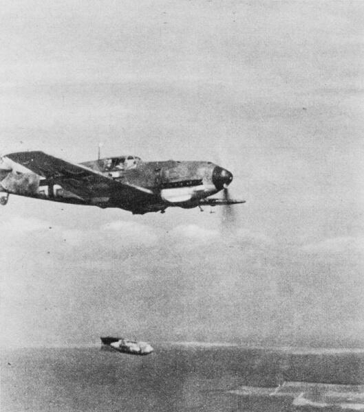 Немецкий истребитель-бомбардировщик Bf.109E-4B сбрасывает бомбу в горизонтальном полете