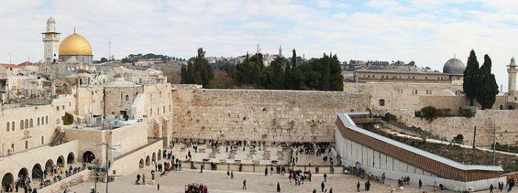 Панорама Западной Стены с Куполом Скалы (слева) и мечетью Аль-Акса (справа) на заднем плане