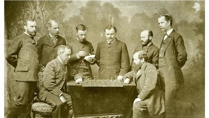Стейниц (за доской справа) во время гастролей в Новом Орлеане, 1883 г.