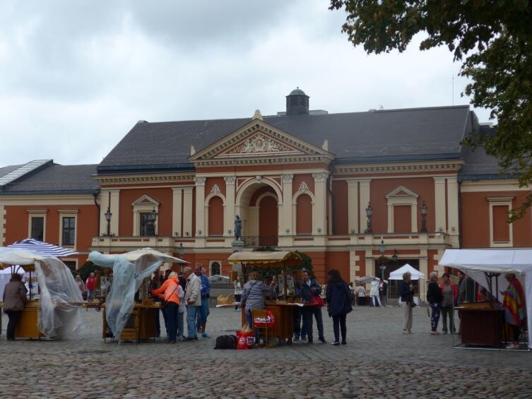 Площадь у драмтеатра, сувенирные ларечки