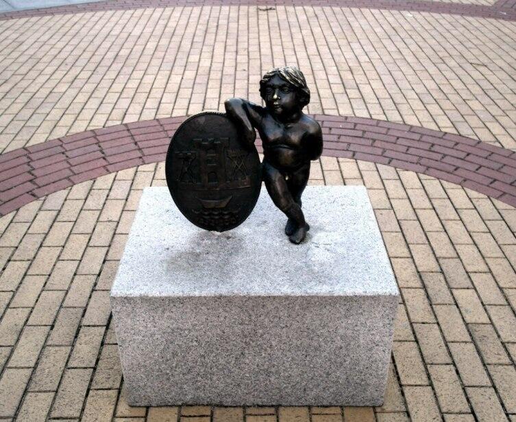 Скульптура мальчика с гербом города