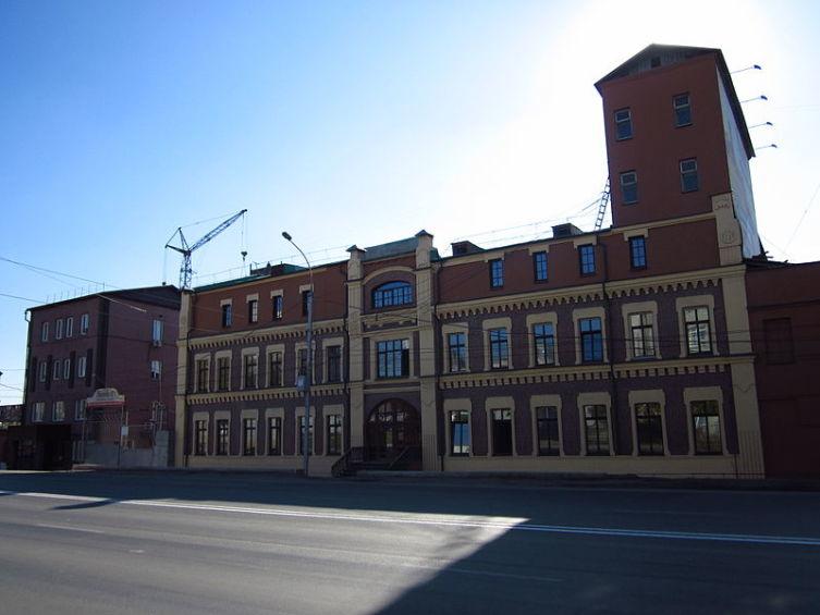 В Новосибирске улица Фабричная название улица получила от расположенных на ней промышленных предприятий. В частности, в начале XX века здесь находились пивоваренный завод, макаронная фабрика, паровые мельницы, склад сельскохозяйственных машин.