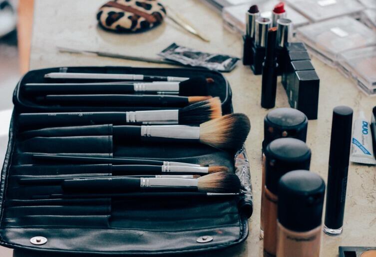Кисти для макияжа нужно периодически мыть!