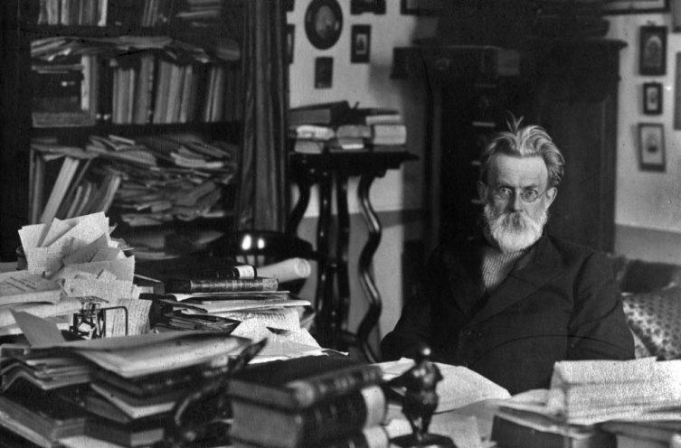 Владимир Иванович Вернадский в рабочем кабинете, 1921 г.