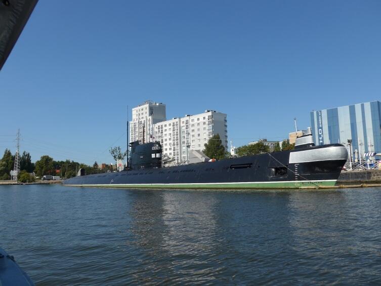 Подводная лодка, снимок сделан с катера