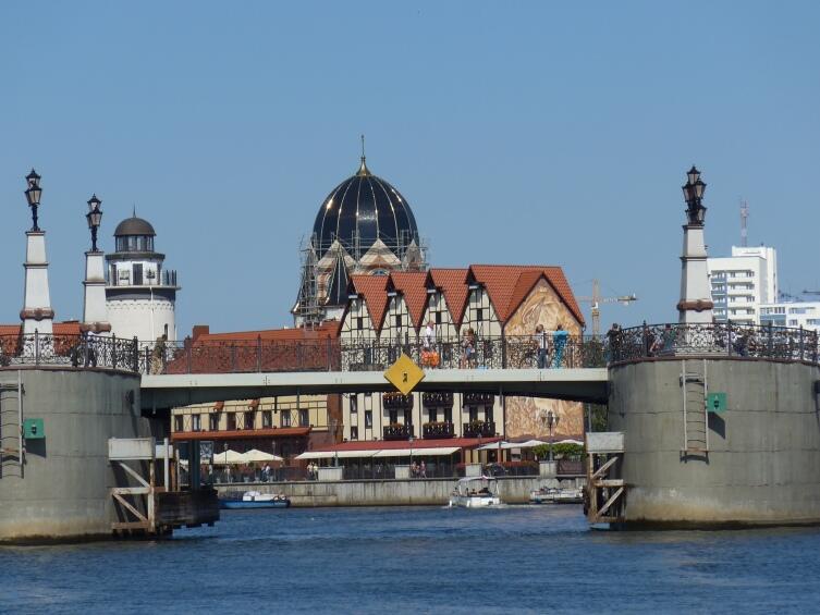 Мост, маяк, рыбная деревня, синагога - вид с воды