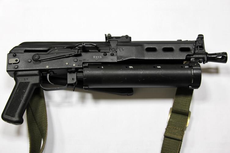 9-мм пистолет-пулемет ПП-19 Бизон, вид справа со сложенным прикладом