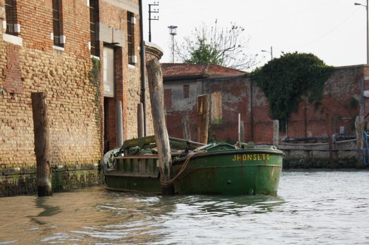 Лодка с уплотнителем мусора