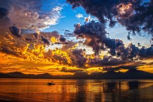 Почему кучевые облака внизу «подрезаны»?